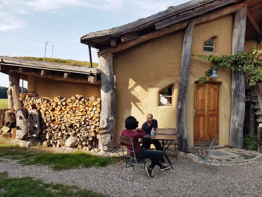 Das Künstlerhaus, eine Holzständerkonstruktion, mit Lehm verputzt und Gründach