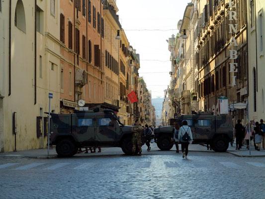 Blick von der Piazza del Popolo nach Süden in die Via del Corso bis zum Nationalmonument. Die Straßensperren durch das Militär dienen zum Schutz besonders sensibler Orte und sind überall in Rom sichtbar.