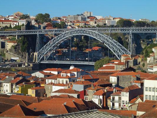 Blick von der Terrasse der Taylor's Portweinkellerei zur Ponte Luís I
