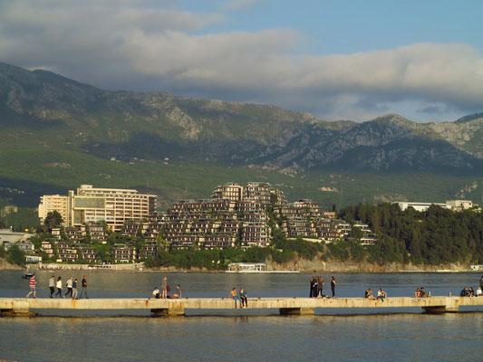An der Budva Riviera, im Hintergrund die luxuriöse Wohnanlage Dukley Gardens (5-Sterne-Hotel Resort)