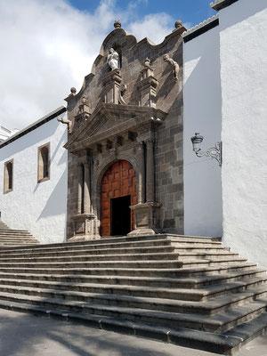 Renaissancekirche Matriz de El Salvador, Steintreppe und Portal (1553), das größte Renaissancegebäude der Kanarischen Inseln. Die Fassade zitiert Elemente eines römischen Triumphbogens.