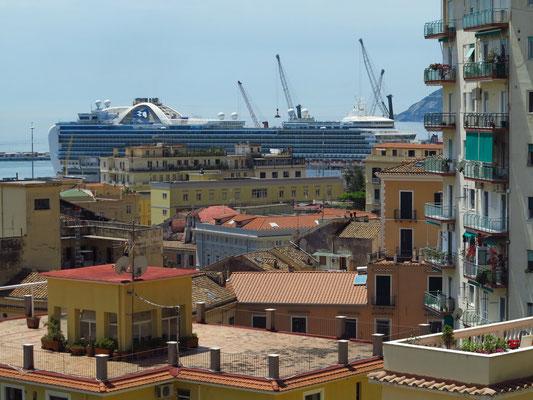 Blick vom Giardino della Minerva zum Hafen mit dem Kreuzfahrtschiff Emerald Princess