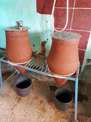 Tönerne Wasserkrüge mit frischem Trinkwasser