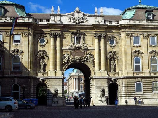 Löwentor, Sicht vom Innenhof des Burgpalastes (Országos Széchenyi Könyvtár Könyvtári Intézet)