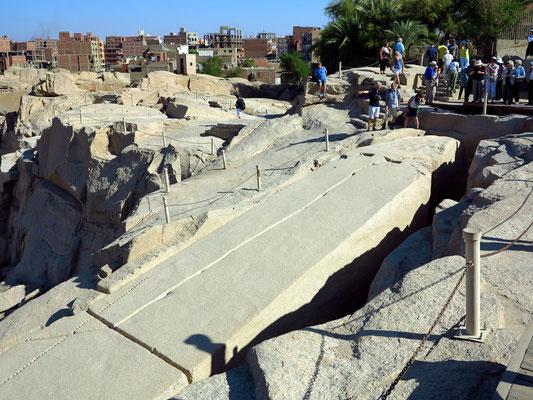 Spitze des Unvollendeten Obelisken (Blick nach Osten). Die Arbeiten wurden wegen eines tiefen Steilrisses eingestellt.