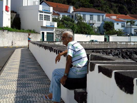 An der Hafenpromenade von Velas