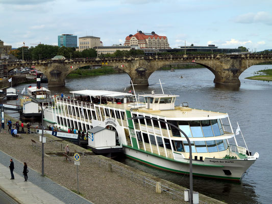 """Die """"August der Starke"""" ist ein im Jahr 1994 gebautes Salonschiff der Sächsischen Dampfschiffahrtsgesellschaft in Dresden.  Im Hintergrund die 1910 gebaute Augustusbrücke"""