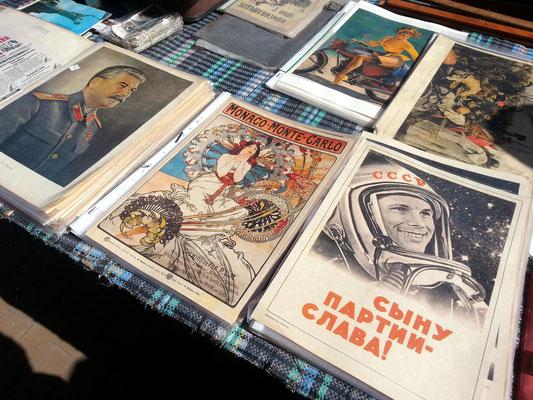 Historische Werbeplakate, u.a. mit dem Foto des sowjetischen Kosmonauten Juri Alexejewitsch Gagarin. Er war der erste Mensch im Weltraum, Held der Sowjetunion und Oberst der sowjetischen Luftstreitkräfte.