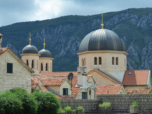 Blick von der Stadtmauer auf die orthodoxe Sankt-Nikolaus-Kirche in der Altstadt von Kotor