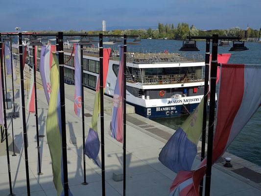 Anlegestelle der Donau-Kreuzfahrtschiffe an der Donaubrücke