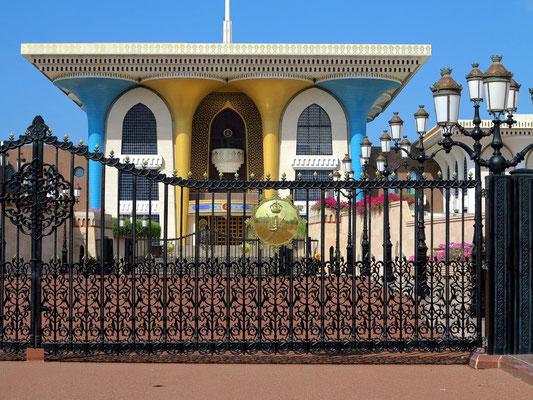Gebäudefront des Al Alam Palastes mit vier goldenen und blauen Säulen