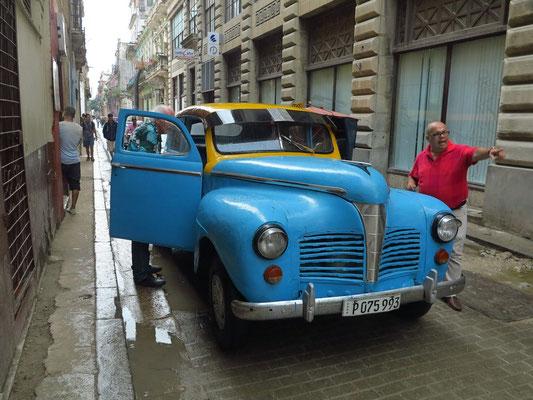 Die Rostlaube (Pontiac Eight Torpedo Custom Sedan Four Door 1941) hatte eine sich bei Erschütterungen selbst öffnende Fahrertür. Die rechte Fensterglasscheibe im Fond fehlte.