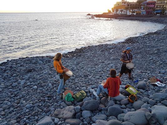 Trommeln zum Sonnenuntergang am Strand von Valle Gran Rey
