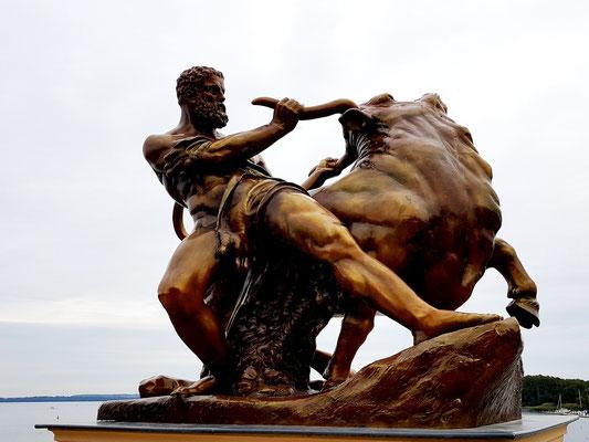 August Kriesmann: Herakles, den kretischen Stier bändigend. Bronzierte Zinkgussplastik, Berlin 1853, Restaurierung Guss 1990