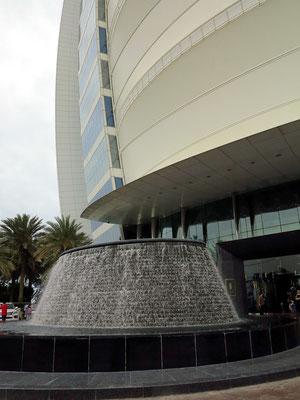 Brunnen vor dem Eingang des Burj Al Arab