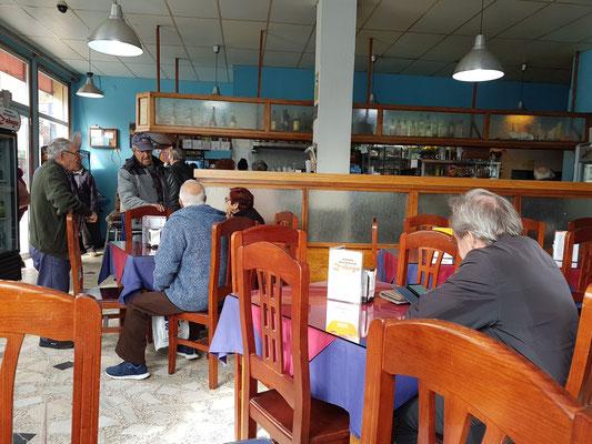 Am Vormittag in der Bar Zabagú, Treffpunkt der Insulaner