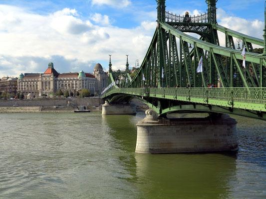 Szabadság-Brücke mit Hotel Gellért und dem Gellért-Thermalbad