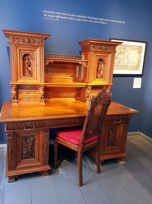 """Storms letzter Schreibtisch im Arbeitszimmer in Hademarschen, an dem er den """"Schimmelreiter"""" vollendete, ein Geschenk von Kieler Damen zu Storms 70. Geburtstag 1887"""