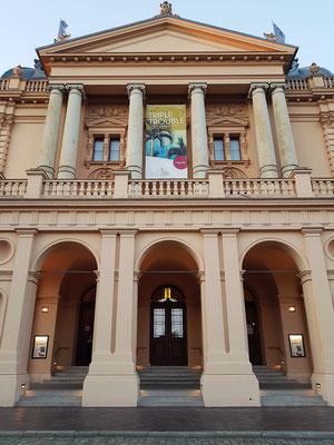 Mecklenburgisches Staatstheater Schwerin mit der Ankündigung des Opernabends TRIPLE TROUBLE