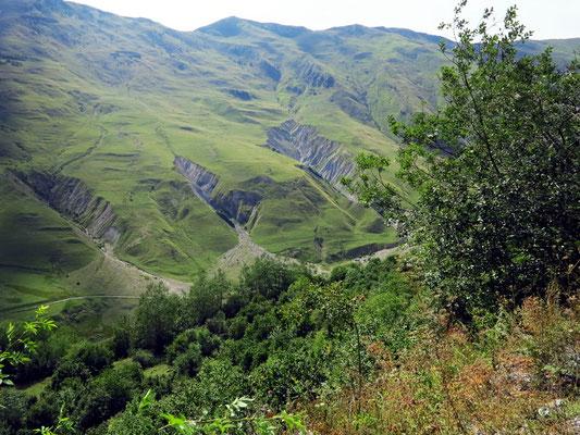 Hochgebirgslandschaft des Hohen Kaukasus 6 km vor Gudauri