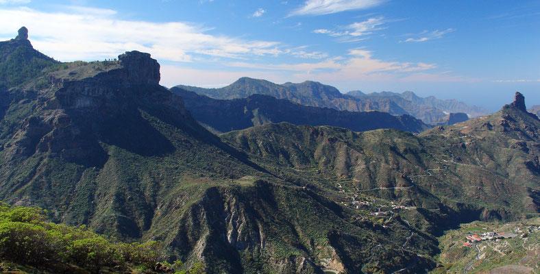 Gebirgspanorama vom Roque Nublo (links) bis zum Roque Bentayga (rechts), Blick nach Westen