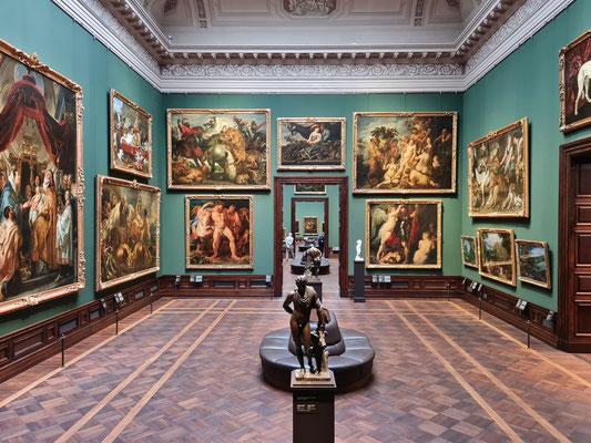 Einer der Säle mit deutschen und niederländischen Gemälden (vor grüner Wandbespannung)