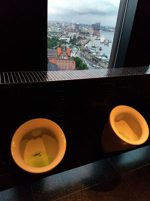 Urinale mit Aussicht in der Skyline Bar 20up (https://de.wikipedia.org/wiki/Urinal)