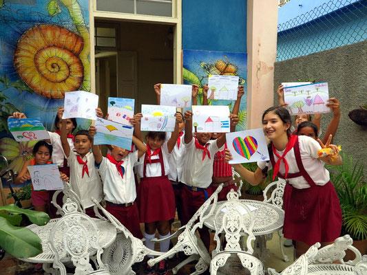 Stolz zeigen die Schülerinnen und Schüler ihre Bilder und schenken sie uns.