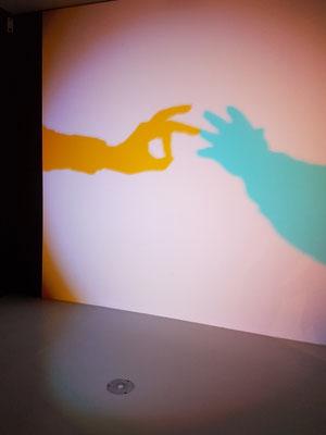 Viviane Sassen: Interaktive Lichtprojektion von zwei Händen (links: Bernd Th., rechts: Frank R.)