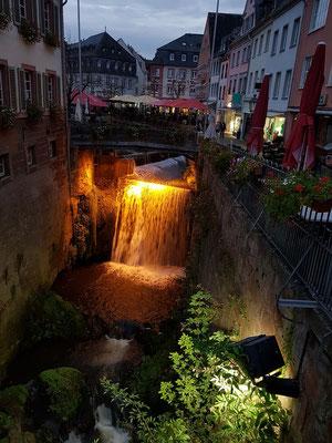 Saarburg, beleuchteter 18 m hoher Wasserfall der Leuk