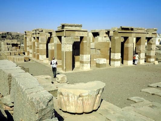 Elephantine, Satis-Tempel der Hatschepsut (18. Dynastie). Die Ausgrabungen werden von deutschen und schweizerischen Archäologen geleitet.