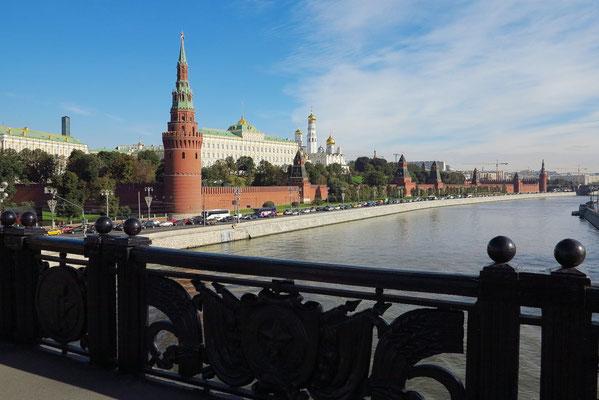 Blick auf den Moskauer Kreml von der Großen Steinernen Brücke über den Moskwa-Fluss