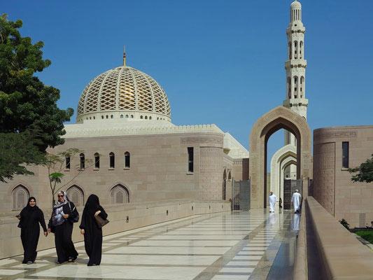 Süd-Eingang mit Blick auf die Kuppel und das Hauptminarett
