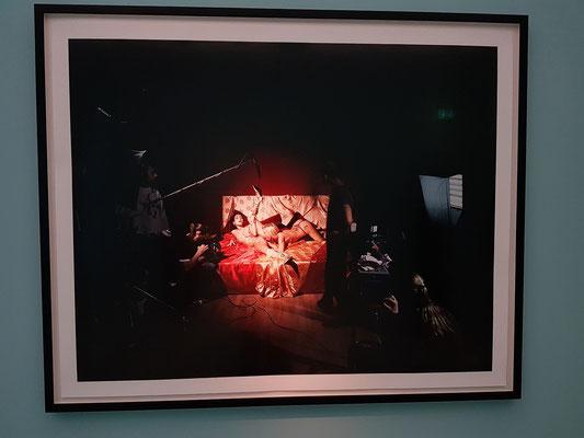 Andreas Mühe: Ein Fotobeispiel für die Welt der Inszenierung (Filmset des Erotikfilms)
