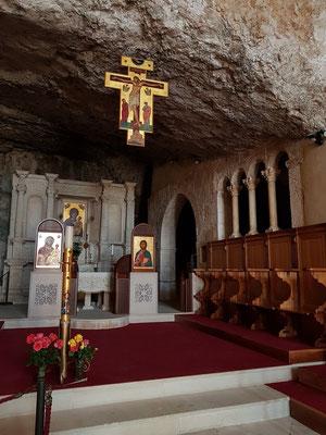 Der in den Felsen gehauene einschiffige Kirchenraum von Santa Maria di Pulsano