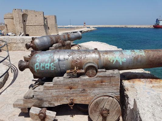 Kanonen der Bastione Santa Maria und Castello di Carlo V mit Hafen