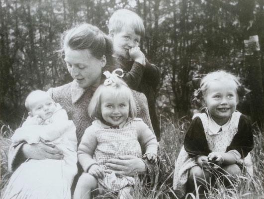 1943: Almut (geb. 1943), Mutter Charlotte (geb. 1911), Karl (geb. 1940), Brigitte (geb. 1941), Helga (geb. 1939)