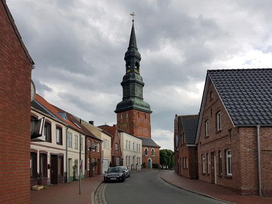 Tönning, Blick auf St. Laurentius, von der Johann-Adolf-Straße aus gesehen