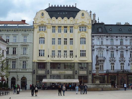 Hauptplatz der Altstadt mit dem sezessionistischen Roland-Palais mit Café
