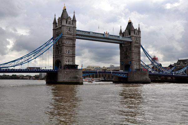 Ein Wahrzeichen von London: die Tower Bridge (1886-1894), eine im neugotischen Stil errichtete Klappbrücke