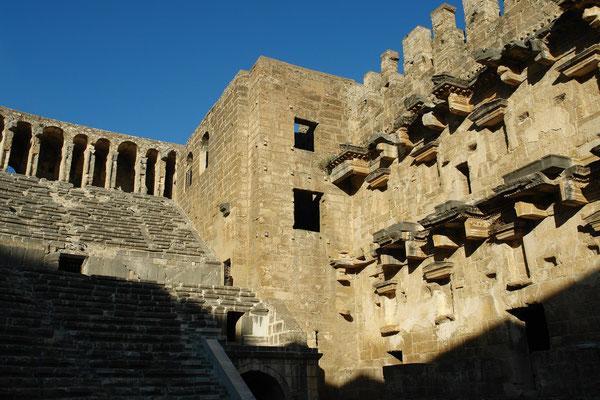 Römisches Theater von Aspendos mit Bühnenhaus, das in vollständiger Höhe erhalten geblieben ist. Links über den Sitzreihen eine Arkadenkonstruktion