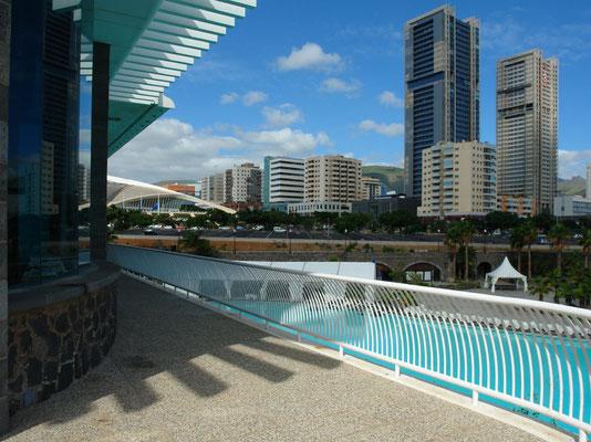 Santa Cruz de Tenerife. Blick auf den Parque Marítimo César Manrique und die moderne Stadtkulisse