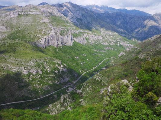 Blick von der Eisenbahn in die Morača-Schlucht