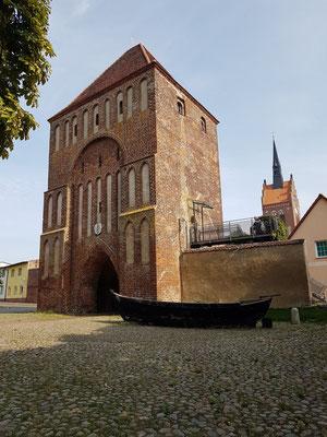 Usedom, Anklamer Tor, Bestandteil der mittelalterlichen Wehranlage der Stadt Usedom, um 1450, über drei Geschosse reichende Fallgatternische