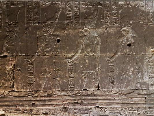 Von links nach rechts: Göttin Hathor, König Ptolemaios, Gott Horus und Sonnengott Re-Harachte (auch Re-Hor-achti)