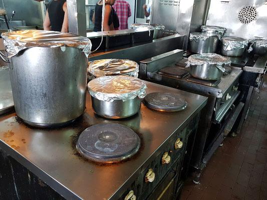 Elektroherde für die warmen Speisen mit fertigen Gerichten