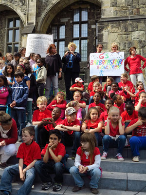Schülerinnen und Schüler der GS Barbarastraße warten auf ihren Einsatz