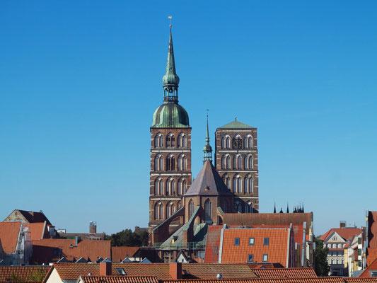 Türme und Chor der St.-Nikolai-Kirche vom Dach des Ozeaneums aus gesehen