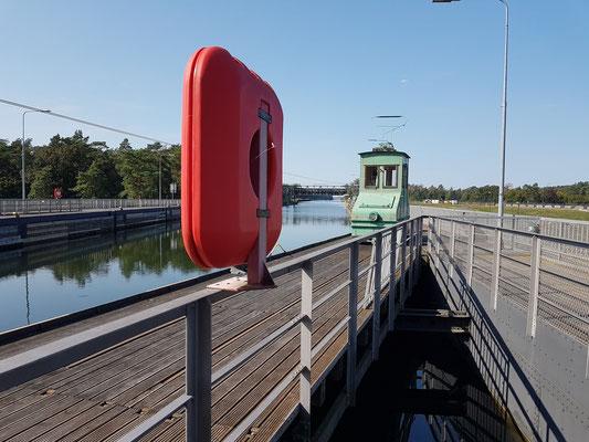 Kanalbrücke mit historischer Treidellokomotive, Blick nach Westen zum oberen Oder-Havel-Kanal