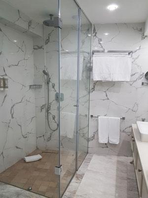 Bad mit großer Duschkabine